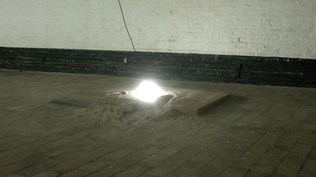 gabriel beck l'abris le feu de camps et l'audience The shelter, the firecamp and the audience Performance 1h, vidéo HD projected, sculpture concrete, bulb, néon roof ligh. 2015 Gallery OU PRESQUE, hossepied Roubaix, France